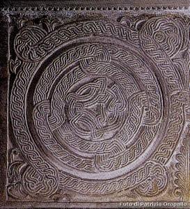 Bobbio- Chiesa S. Colombano- lastre tombali primi abati
